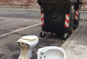Degrado in pieno centro, l'inciviltà non ha limiti: wc e bidet sul marciapiede