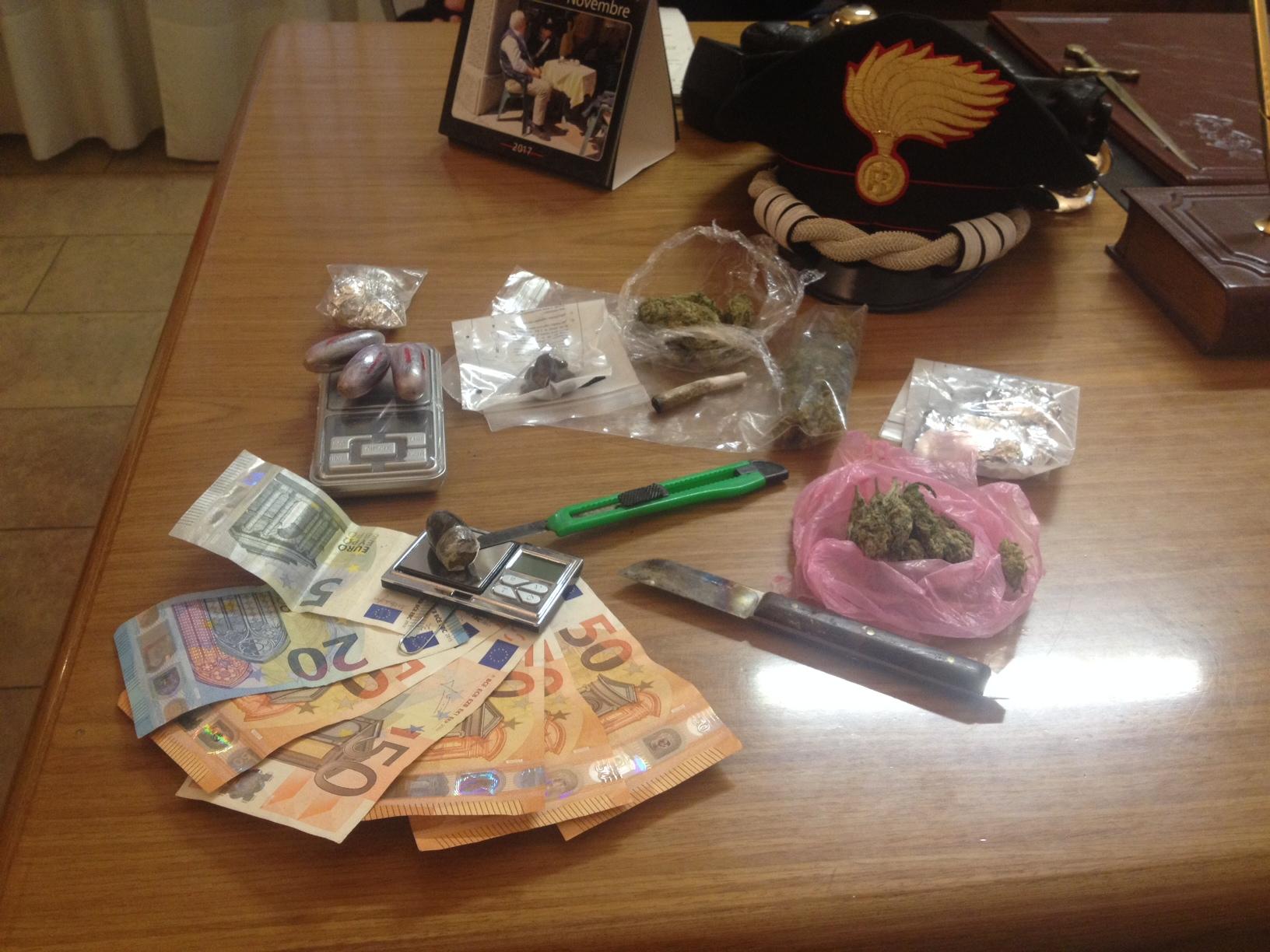 Spacciava marijuana e cocaina ad un amico: 21enne in manette