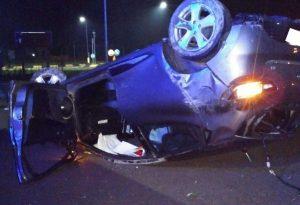 Ennesimo schianto alla rotatoria: auto ribaltata, il 22enne alla guida in condizioni serie