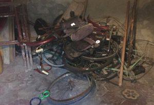 Arrestato il ladro seriale di biciclette: nei pantaloni nascondeva un tronchese