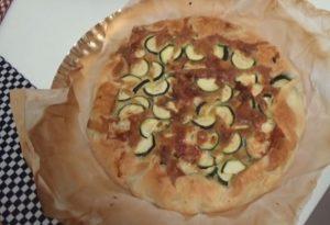 Torta salata di zucchine e formaggio, la gustosa ricetta contro lo spreco di cibo