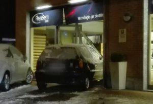 Paura in un negozio: auto sfonda vetrina e irrompe all'interno