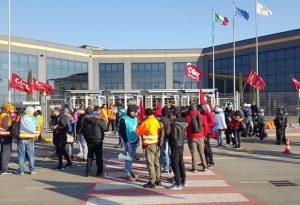 Amazon, niente confronto: i lavoratori entrano in sciopero. De Micheli coinvolge Poletti