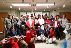Babbi Natale in pediatria: donati ai bambini giocattoli sportivi