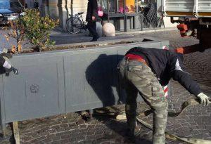 Il Comune rimuove le ultime fioriere da piazza Duomo