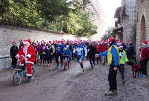 Mille partecipanti per la suggestiva Camminata dei Babbi Natale
