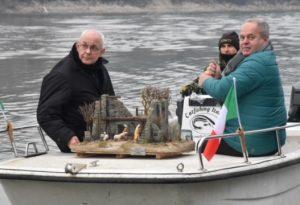 Il presepe arriva dalle acque del Grande Fiume: le foto dell'iniziativa