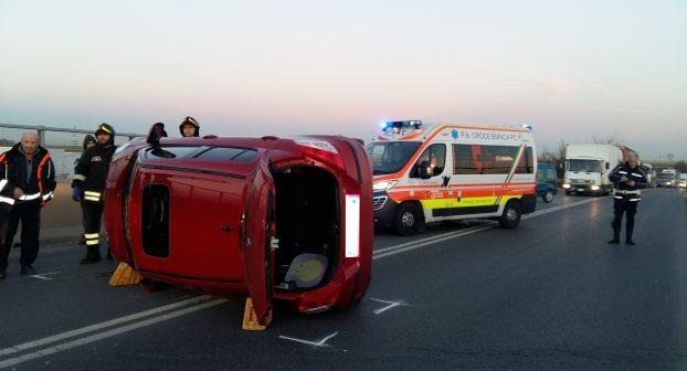 Auto ribaltata sulla Caorsana, 50enne incastrata nell'abitacolo: illesa. Lunghe code