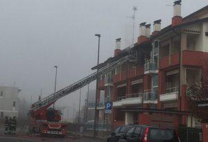 Incendio sul terrazzo in via Pergolotti. Vigili del fuoco in azione