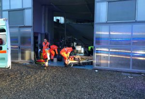 Precipita al suolo mentre installa un controsoffitto: grave infortunio a Rivergaro