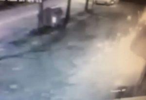 Grosso petardo manda in frantumi vetrina e tendone del Centro Scampoli GUARDA IL VIDEO