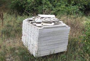 Inciviltà senza fine: catasta di amianto abbandonata lungo il torrente