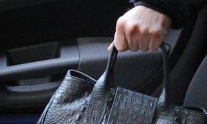 Rompono il vetro dell'auto, sparisce borsetta con soldi e telefono