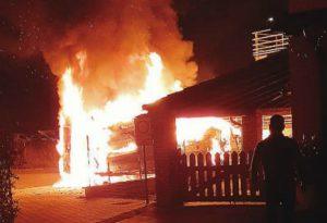 L'esplosione e poi le fiamme. Paura a Gossolengo, una roulotte e un furgone distrutti dall'incendio
