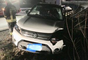 Scontro frontale tra due auto lungo il cavalcavia, tre persone ferite