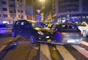 Auto perde il controllo e invade la corsia opposta: grande spavento ma nessun ferito a Barriera Genova