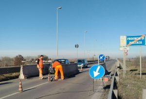 Ponte di Pievetta, limite dei 30 km/h. Per evitare scontri contro le barriere