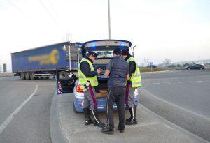 Pievetta, lunghe code a causa dei camion che ignorano il divieto
