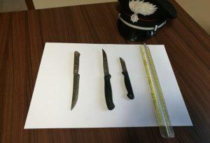 Fermato per un controllo, spuntano tre coltelli. Ventottenne nei guai