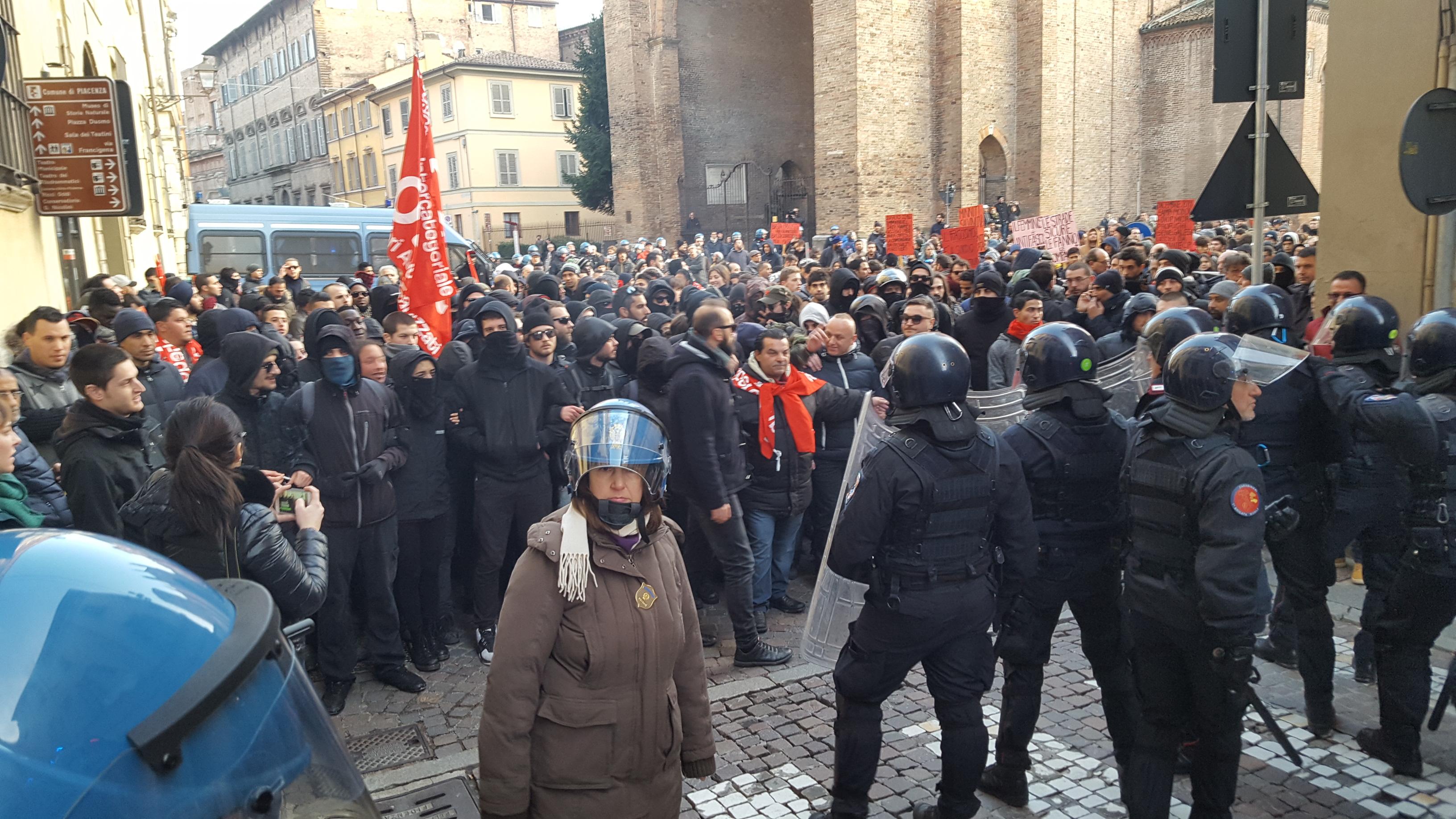 """Il ministro al carabiniere picchiato: """"Caccia senza tregua ai responsabili"""""""