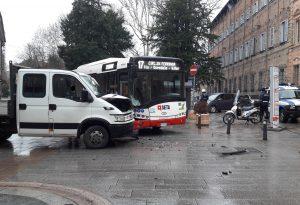 Via Alberoni, scontro tra autobus e furgone. Rallentamenti al traffico