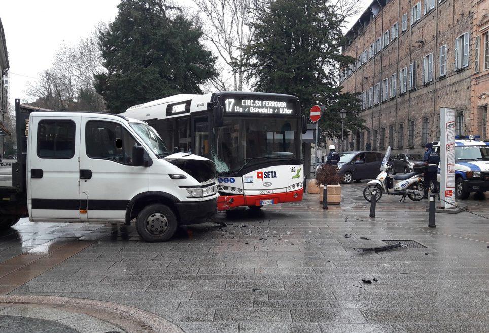 Via alberoni scontro tra autobus e furgone rallentamenti - Autobus prima porta ...