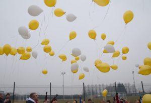 Una nuvola di palloncini nella giornata contro il cancro infantile. VIDEO