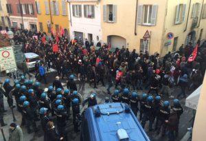 Filmati del corteo al vaglio della Digos, oggi il ministro Minniti in visita al carabiniere ferito