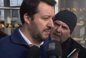 """Salvini visita Amazon: """"Impediremo che chi fa profitto in Italia paghi le tasse all'estero"""""""
