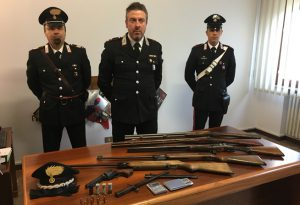 Aizza il cane contro i carabinieri per non farli entrare: denunciato