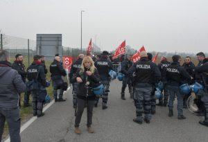 Violenze al corteo di sabato: protesta davanti alle Novate contro gli arresti dei manifestanti