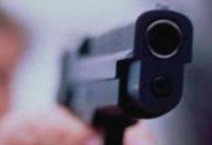 Terrore in pieno giorno: punta la pistola a una donna per farsi consegnare la borsa