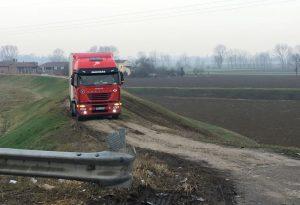 Ponte Pievetta, camion persi tra i campi e muretti abbattuti in manovra
