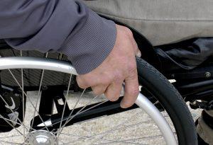 Pensionato invalido truffato dalla badante: denunciata una 47enne che lo aveva convinto a sposarla