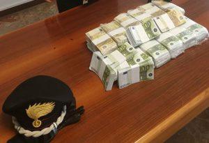 Scappano con orologi per un milione di euro e lasciano un borsone di soldi falsi: 5 denunce