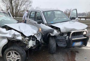 Incidente frontale tra due auto lungo la via Emilia: due donne sono rimaste ferite