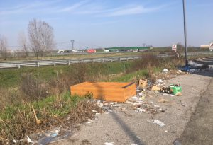 """Parcheggio Dossarelli, rifiuti ovunque. Comune: """"Incontreremo aziende"""""""