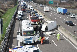 Violento incidente lungo la A1 tra un camion e una cisterna. Due feriti e lunghe code