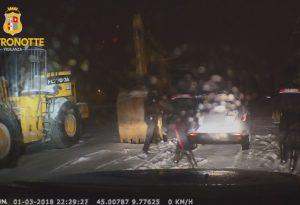 Tentano di rubare un'auto ma scatta l'allarme: GUARDA IL VIDEO