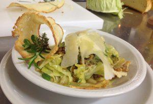 Zuppa di verza e lenticchie con scaglie di grana padano e pane croccante
