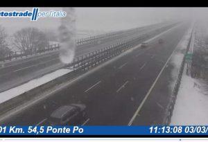 Neve e allerta gelicidio, situazione autostrade molto critica: Domani pericolo nebbia. MANDATE LE VOSTRE FOTO
