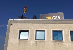 Gls, lavoratori sul tetto per protesta. Manifestazione davanti all'azienda di Montale