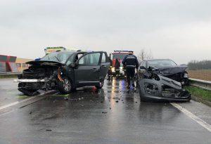 Tremendo schianto alle porte di Niviano: auto distrutte e tre feriti