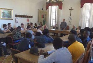 Capannone confiscato alle mafie: francesi e migranti aiutano la ristrutturazione