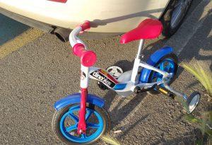 Auto schiva il piccolo in bicicletta, ma centra la madre: grave incidente a San Nicolò