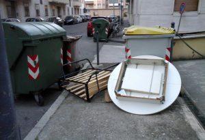 Un tavolo, un letto: c'è aria di sbaracco in via delle Teresiane. Ma è inciviltà