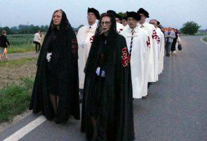 Folla alla processione per la Madonna di Caravaggio con i Cavalieri dell'ordine del Santo Sepolcro
