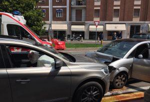 Paura sullo stradone Farnese: imbocca la strada contromano e provoca un frontale