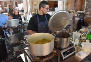 L'asparago arriva in città: piatti speciali, vini e musica sotto il Gotico