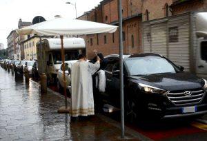 Oggi è santa Rita: benedizione di auto, veicoli, rose e biciclette